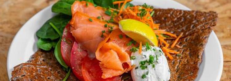 Repas de saumon fumé avec épinards avec crème de chèvre et citron